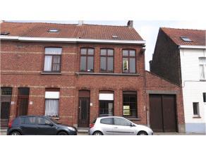 Deze woning met 3 slaapkamers, garage en terras heeft een interessante ligging in Assebroek, in een zijstraat van de Generaal Lemanlaan en vlakbij het
