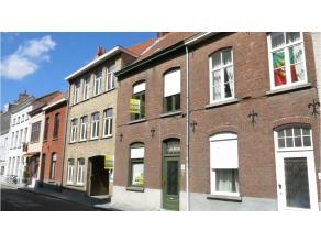 Charmante brugse rijwoning met 2 slaapkamers nabij de Katelijnepoort in het van centrum Brugge. Bestaande uit inkom, ruime living, ingerichte keuken,