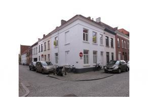 Deze gezellige en volledig vernieuwde rijwoning is centraal gelegen in de Brugse binnnenstad.Bestaande uit: inkom, living met open ingerichte keuken,