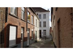 Deze volledig gerenoveerde woning met terras heeft een rustige en interessante ligging in één van de vele gezellige straatjes in het cen