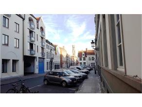 Ondergrondse motorstandplaats gelegen in de Garenmarkt, dichtbij de Markt in het centrum van Brugge.Onmiddellijk vrij !