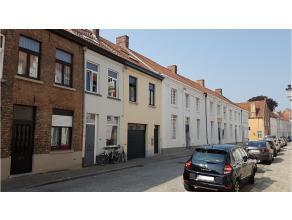 Deze charmante woning is rustig gelegen op wandelafstand van het Astridpark, een groene oase in het centrum van Brugge. Door een recente renovatie is
