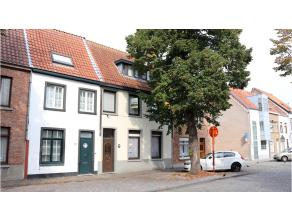 Genieten van het leven, dat zal u zeker doen in deze mooie ruime en rustig gelegen woning aan de rand van het centrum van Brugge. Een energiezuinige w