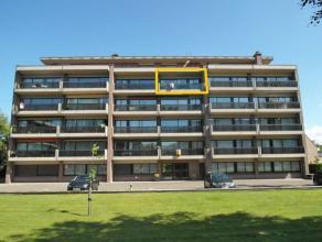 Rustig doch centraal gelegen appartement bestaande uit: Inkom met vestiaire, toilet, living met terras uitgevend op de binnentuin, ingerichte keuken (