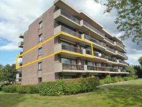 Ruim instapklaar appartement gelegen langs de rand van Brugge, bestaande uit: Inkomhal met ingemaakte vestiairekast, toilet, ruime zuidgerichte living