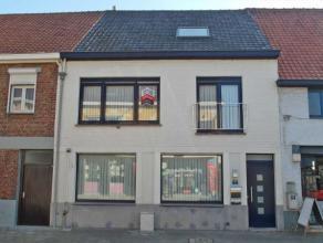 Ruime instapklare woning met garage in het centrum van Ruddervoorde (Oostkamp) De woning bestaat uit een inkom, heel ruime living (55 m²) met ope