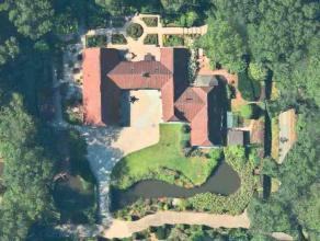 Ruime villa op op een perceel van 5.034 m² gelegen in het residentiële Waaroostpark, die zich typeert door z'n prachtige dreven met bosrijke
