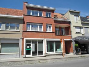 In het centrum van Ruddervoorde gelegen winkel- of kantoorruimte, bestaande uit een commerciële ruimte van ca. 65 m², bergplaats, sanitaire