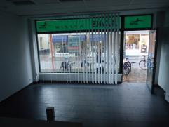 Handelspand met woonst Centraal gelegen winkelpand met woonst. indeling: winkelruimte met toilet, ruime kelder. Op het 1ste verdiep een woonkamer, keu