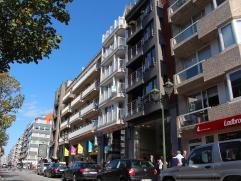 Recent appartement in de Lippenslaan Mooi en ruim appartement op de Lippenslaan in centrum Knokke. Bestaande uit een inkom met berging, vestiaire en t