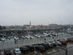 Gezellig en instapklaar appartement met zonnig terras en zicht op de jachthaven van Zeebrugge. Dit appartemlent omvat: Inkomhal, toilet, living met aa