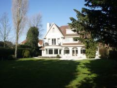 Uiterst uniek gelegen villa, gelegen op een prachtig domein van 1800 m², nabij de royal zoute tennis, de minigolf en de Kustlaan. Indeling van de