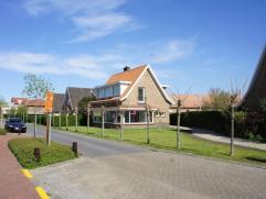 Mooi vernieuwde alleenstaande villa met 3 slaapkamers, gelegen vlakbij het centrum van Knokke. Deze lichtrijke woning omvat: Inkomhal met toilet en ve