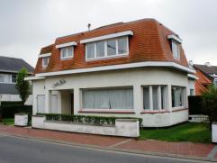 Charmante villa met 6 slaapkamers zeer goed gelegen nabij de Zeedijk en het Albertstrand. Deze ruime villa omvat een royale inkomhal, toilet en bergru