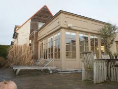 Prachtig gerenoveerde en authentiek bemeubelde cottagewoning met een uitgestrekt polderzicht, inkom, ruime woonkamer met gezellige zithoek met open ha