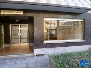 Ongemeubeld . Mooi gerenoveerd gelijkvloers appartement met koertje en 2 slaapkamers. Heel centraal gelegen nabij de Lippenslaan en het Rubensplein. I