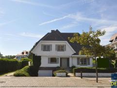 Uniek gelegen en gemeubelde villa met 6 slaapkamer en zonovergoten tuin + garage, gelegen op de Kustlaan in het Zoute op 2 passen van de zeedijk. INDE