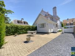 Gemeubelde villa, rustig gelegen in een paadje in hartje Zoute vlakbij het Driehoeksplein en de Zeedijk. INDELING: GLV : Inkomhal met vestiaire en afz