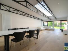Prachtige ongemeubelde woning met luxe afwerking vlakbij het centrum van Knokke. INDELING: Inkomhall, vestiaire en afz. toilet. Garage met aansluitend