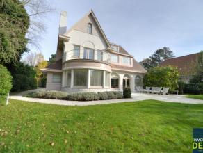 Prachtige ruime villa met mooie zonnige tuin en terrassen, gelegen in hartje Zoute. De villa wordt gemeubeld verhuurd. INDELING: Inkomhal met gastento