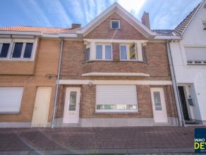 Zeer mooie recent gerenoveerde woning met 3 slpk. rustig gelegen in het Oud Knokke Centrum. Indeling: GLV: Inkomhall met afz. toilet, woonkamer met op