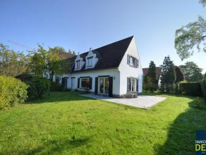 Rustig gelegen ongemeubelde villa met zonnige tuin gelegen aan de rand van het Zoute. INDELING: Gelijkvloers : Inkomhall met gastentoilet en vestiaire
