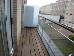 Recent appartement aan de achterkant van de Rederskaai met zicht op de marinebasis. Ruime woonkamer met open ingerichte keuken (ijskast, micro, kerami