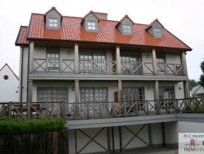 Mooie koppelvilla gelegen in het oude Knokke, op enkele passen van de groentenmarkt. Deze ruime villa biedt u 5 slaapkamers, 2 badkamers,1 douchekamer