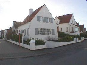 Villa buitengewoon goed gelegen in een kalme straat van Duinbergen, niet ver van het centrum. Zij is gerenoveerd, beschikt over een groot degelijk com