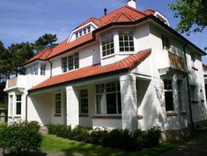 Schitterende villa gelegen in een van de rustige wandelpaden van het Zoute. Deze ruime villa beschikt over 7 slaapkamers, 3 badkamers ,2 douchekamers,