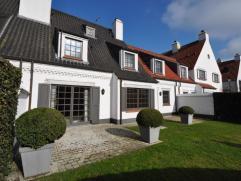 Stijlvolle, mooi afgewerkte woning, gelegen in een rustige omgeving met een prachtig zicht over de polders. Deze woning bestaat uit een inkomhal met v