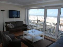 Volledig vernieuwd gemeubeld appartement op een 1e verdieping op de zeedijk met mooi frontaal zeezicht: ruime living, 3 slaapkamers, 1 badkamer, 2 dou