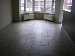 Centraal gelegen appartement te Knokke:Het appartement is gelegen op de 3de verdieping.Bestaande uit: hall met toilet,  woonkamer, ingerichte keuken,