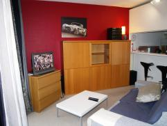 Instapklare studio met garage!Centraal gelegen; nabij Carrefour, station, winkelstraat, school, ...De studio bestaat uit een ruime woonkamer, open keu
