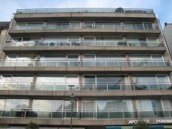 Ongemeubeld te huur : Een ruime studio met open zicht over het Driehoeksplein. Samenstelling : Grote woonkamer, uitgevend op het zuidterras. Open, vol