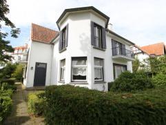 Ruime villa gelegen in de onmiddellijke omgeving van de Zeedijk en het Albertplein.Indeling : inkomhall met toilet. Living met open haard en eetplaats
