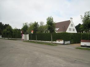 Ongemeubileerd te huur : Een gerenoveerde villa met zwembad, rustig gelegen in hartje Zoute. Indeling : Inkomhal met toilet en vestiaire. Ruime woonka