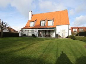 Te huur gemeubeld op jaarbasis : Prachtig gerenoveerde villa, rustig gelegen met mooie tuin aan de rand van het Zoute. Samenstelling : Inkomhal met ga