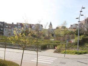 Te huur op jaarbasis - Ongemeubileerd en zonnig appartement met zicht op het Ijzerpark. Samenstelling : Inkomhal met vestiaire. Ruime en zonnige woonk