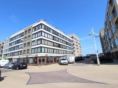 Dakappartement met terrassen voor en achteraan gelegen in een zijstraat van de Zeedijk van Zeebrugge.  Dit dakappartement die toegankelijk is via ee