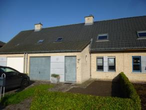Deze woning is gelegen in een aangename woonomgeving te Koolkerke (nabij de Damse Vaart).Dit pand omvat een inkomhal, afzonderlijk toilet, garage, rui