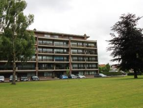 Dit appartement is gelegen in een RUSTIGE OMGEVING en toch dicht bij belangrijke VERBINDINGSWEGEN zoals de Baron Ruzettelaan en de ring van Brugge. Er