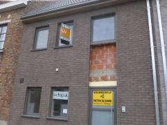 Deze nieuwe woning bevindt zich op een zeer centrale ligging, er is een zeer optimale bereikbaarheid van station, E40, diverse winkels, ... . De wonin