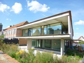 LAATSTE 2! Deze modernistische residentie situeert zich op de hoek van de Schoolstraat en de Sint-Kristoffelstraat, op de grens tussen Assebroek en Si