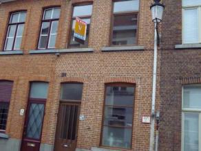 Deze knappe woning is gelegen nabij de Sint-Kruispoort. Het gelijkvloerse heeft een inkomhal, afzonderlijk toilet, woonkamer met eet- en zithoek, inge