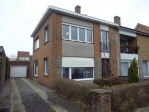 Deze woning is gelegen net buiten het centrum van Brugge Stad, maar toch in de nabijheid van buurtwinkels en het openbaar vervoer. Deze woning werd ge