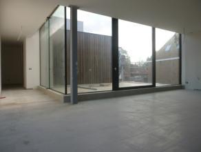 Dit exclusief dakappartement geniet van een uiterst LOFT-concept, door zijn talrijke uitgestrekte glaspartijen die een subliem uitzicht bieden op de o