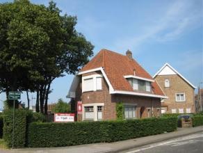 Charmante villa op centrale ligging vlak nabij Brugge centrum.  De woning beschikt over ruime wooneenheden en is als volgt ingedeeld: inkomhal op vloe