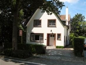 Deze woning bevindt zich tussen de Damse Vaart en het Zuidervaartje op een steenworp van de Brugse binnenstad en Damme. Mooie aangelegde tuin met terr
