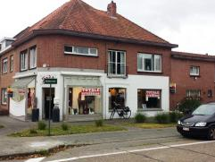 Goedgelegen winkel met bel-etage woning op een commerciële drukbezochte locatie te Sint-Kruis. Het terrein van 351 m² werd voor 191 m²